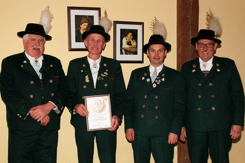 Josef Stadler erhielt das Goldene Gauehrenzeichen überreicht